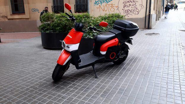 Les motos compartides ocupen l'espai públic de l'Hospitalet